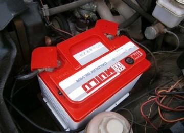 Снимаем аккумулятор с машины правильно