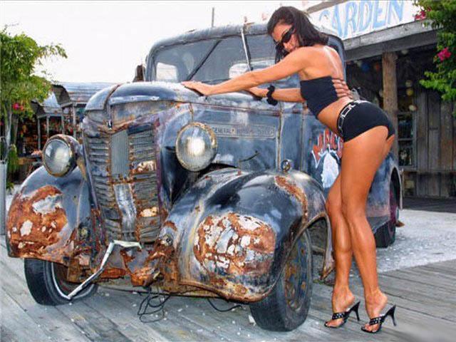 Девушка и раритетный автомобиль