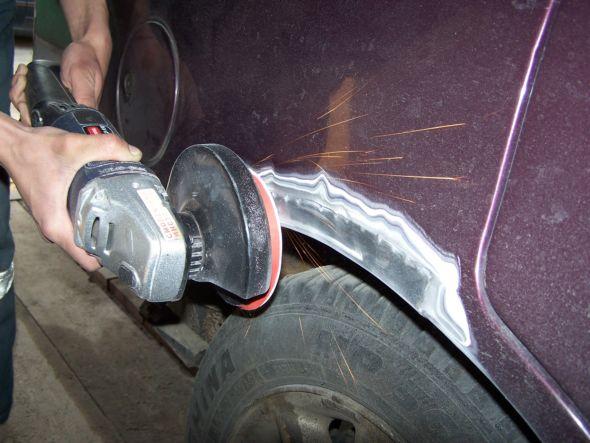 Зачищаем крыло автомобиля