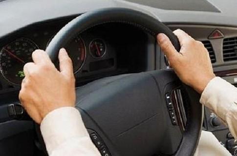 Положение рук на руле